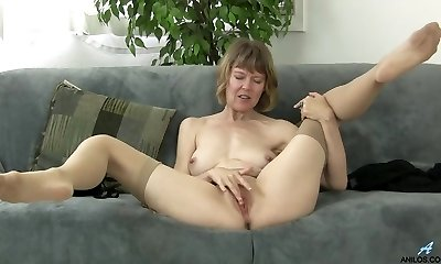 British mom rubbing her clitoris