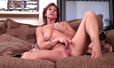 Mature mommy Brook playing with her shaved coochie