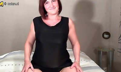 Amateur mummy likes to work that pussy