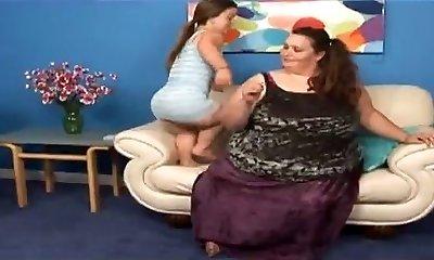 Pretty Midget and a SSBBW Lesbians