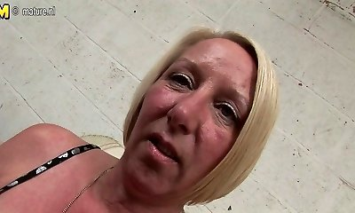 Pierced housewife wanking until she squirts