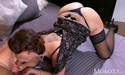 Mummy Mature Housewife in stockings squirting after blowjob