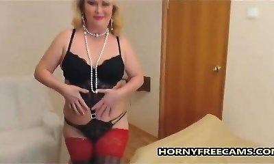 Solo mature super-bitch toying her expert cunt