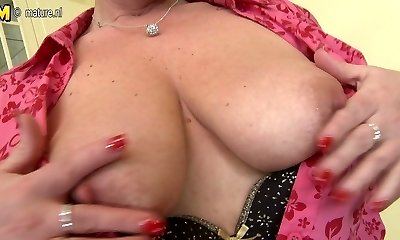 Housewife mom playing with her pussy
