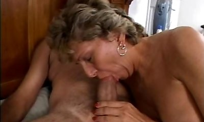 Mature is getting her filthy bum fucked