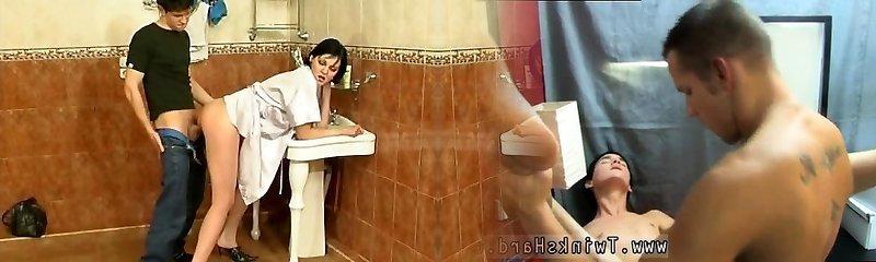 Man neukt rijpe vrouw op de badkamer