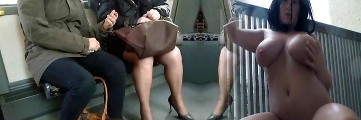 maduro con zapatos de tacón alto y medias en el autobús tres