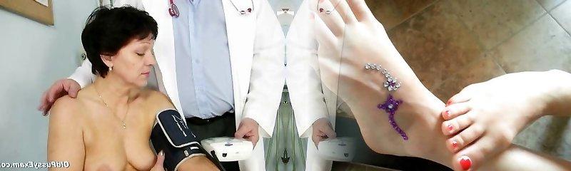 madure dame eva visita a ginecólogo para obtener obgyn madure check-up
