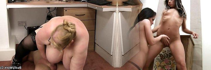 giant mammories meisje in glazen ritten zijn jizz-shotgun op het werk