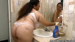 Latina Plus-size Rosaly makes cleaning the bathroom a blessing