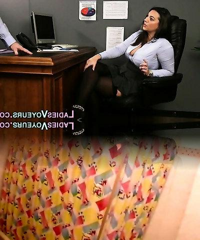 Kinky Lady Boss Lela Star schaut Pornos und fickt Angestellte im Büro