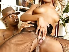 Busty ebony with blonde hair Vixen Fyre surrenders her phat booty and takes it anally