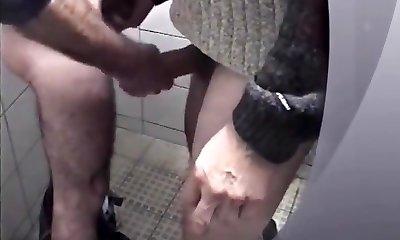 Мужики Дрочат Хуй В Общественном Туалете