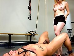 Miss Aiden Starr is no stranger to the gym and when this guy hits on her she has no trouble...