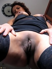 Horny mature Teresa loves to pay with herself