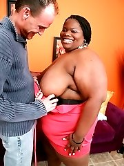 Cute ebony BBW Chocolat Hottie gives off an excellent blowjob and spreading her fat thighs wide