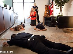 When a bank robbery goes wrong, Tommy Pistol takes hostages. Sexy MILF bank manager Ryan Conner...