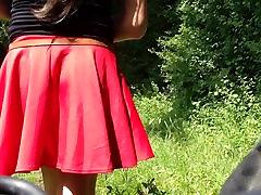 בנות מתחת לחצאית selfie בטבע. Maedchen unterm רוק הציבור.