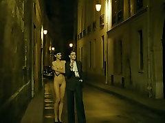 nuoga mergina gatvėje - filmo saint-laurent