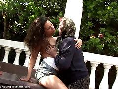 Gamle bestemor knullet av en ung lesbisk jente