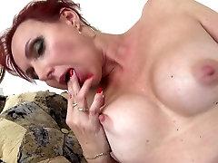 Seksikas küps lits seduce girlie koos näljane vagiina