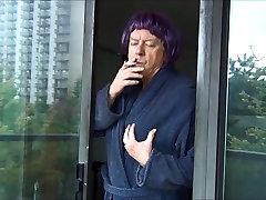 Ulakas Gigi suitsetamine - valge kleit