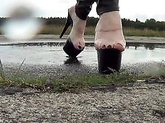 slapjām kājām un slapjš attvaicētājs milf sideways papēži