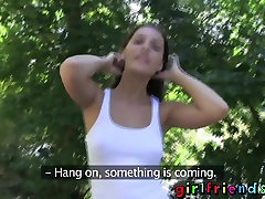 Kamarátky Roztomilý brunettes preskočiť kamene a os vizinhos jesť