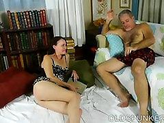 Super seksi črna MILF je zelo vroče sranje in ljubi cum