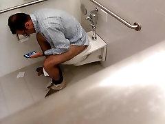 Str8 जासूस बेवकूफ stripper cums in glass के साथ सार्वजनिक शौचालय में