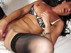 Geile Britse MILF speelt wanita papua haar kut
