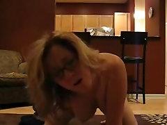 Karstā MILF spēlē uz gultas orgasma