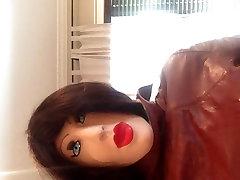 Zabavo z žensko masko in usnjeni plašč