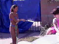 Dve Igriv Dekleta Pranje Avtomobila in Dajejo