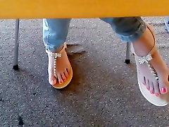 खरा एशियाई पुस्तकालय पैरों में सैंडल चेहरा HD