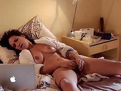 Смотреть порно девачка мастурбирует смотря порно