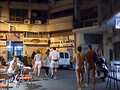 Poisid kõnnivad alasti avalikus cfnm