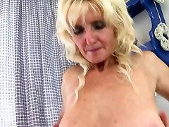 Sexy old mom with saggy tony dark matter and thirsty vagina