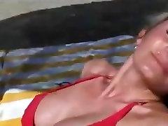 MILF uz pludmali un pēc fucked mājās