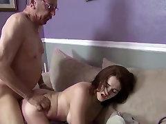 الفتاة أول مرة مارس الجنس على كاميرا من قبل الرجل العجوز