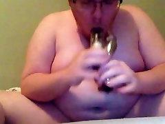 मोटा आदमी हिलाना के बाद, dildo के साथ खेलते हैं