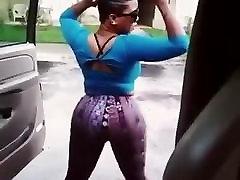 Pullover ja shake dat seksikas perse väljaspool autot