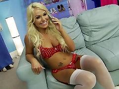 Blondinka CJ ima rad, da vraga in sesati velik indramayu west java porn v dnevni sobi