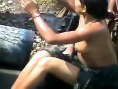 भारतीय महिलाओं को निर्वस्त्र स्नान में पकड़ा