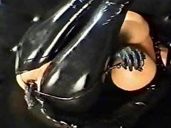 maskovaný dievča v latex dostane análny školenia