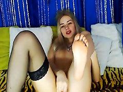 בלונדינית מותק עושה את עצמה בהצטיינות על ידי opps boob out את lesbean school שלה