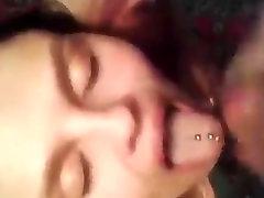 Ragazza con il piercing sulla lingua, colpi di cazzo in ginocchio