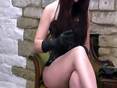 Daudz tuvplāniem kā karstā Milf velk uz sexy ādas cimdi