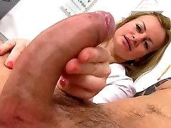 Sexy milf zdravnik Denisa sperme banka handjob