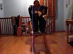 Seljas seksikas must catsuit & reie kõrge säärega saapad